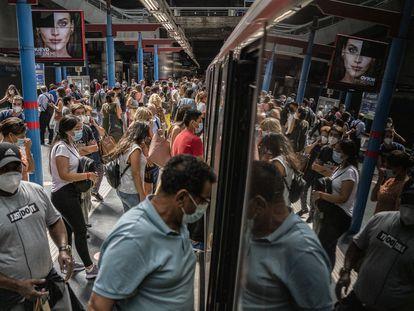 Movilidad casi normal en la estación de Principe Pío, Madrid.