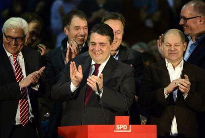 Los líderes del SPD aplauden la decisión de respaldar la gran coalición tras el voto de las bases, hoy en Berlín.