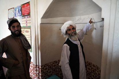 Hayat Khan, actual imán, en el interior de la mezquita donde ejerció el mulá Omar