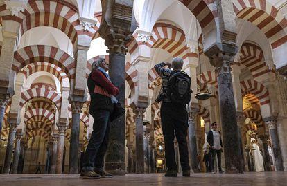 Varios turistas, en la Mezquita de Córdoba.