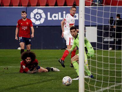 De Jong anota el segundo gol del Sevilla.