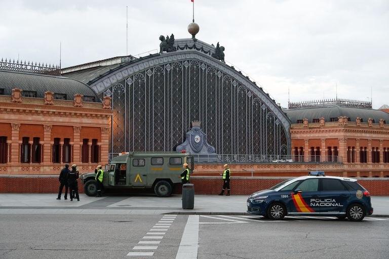Miembros de la Unidad Militar de Emergencias desplegados el domingo en la estación de Atocha, en Madrid.
