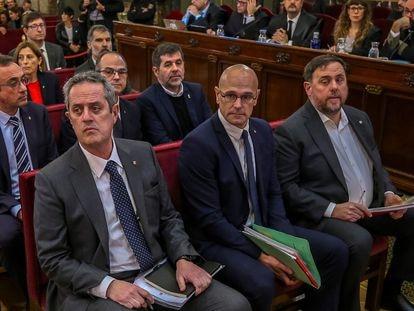 Los líderes independentistas acusados por el proceso soberanista catalán que derivó en la celebración del 1-O y la declaración unilateral de independencia de Cataluña, en el banquillo del Tribunal Supremo al inicio del juicio del 'procés'.