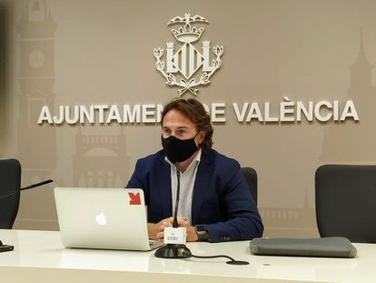 El concejal y presidente de la EMT Giuseppe Grezzi en la comparecencia de prensa en la que ha anunciado el cese del gerente de la EMT.