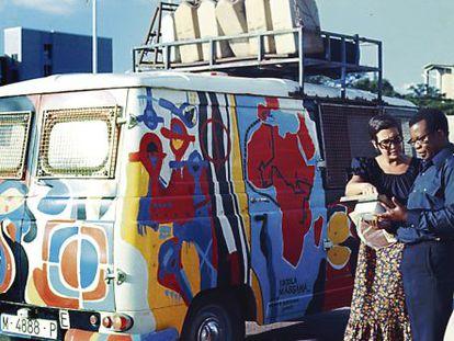 Rosa María Calaf, cruzando África en 1973 en una furgoneta de reparto.