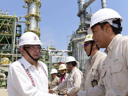 López Obrador, durante una visita a una refinería de Pemex en 2020.