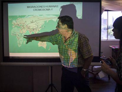 El director del Laboratorio de Genética Forense de EEAF, Carlos Vullo,  explica datos del mapa genético de Paraguay, el miércoles 5 de diciembre en Asunción.