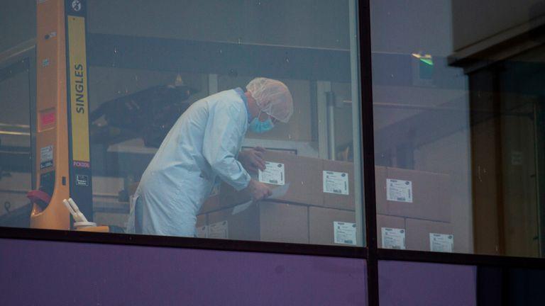 Una empleada manipula cajas en la planta de Pfizer en Puurs, Bélgica, a principios de diciembre.