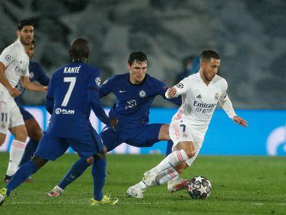 Eden Hazard, entre Kanté y Christensen, en la ida de la semifinal de Champions en el Alfredo di Stéfano.