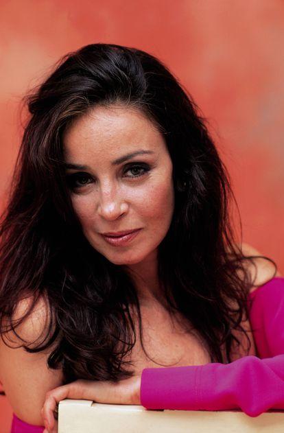 Amparo Muñoz publicó sus memorias en vida. 'La vida es el precio', publicada en 2005, hace referencia a 'Clara es el precio', una de sus películas más populares.