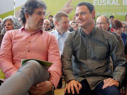 Pello Urizar habla con Hasier Arraiz este domingo en la presentación de la Vía vasca hacia la paz de EH Bildu.