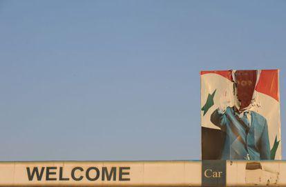 Un retrato roto del presidente sirio Bachar el Asad en el puente fronterizo de Bab el Hawa, en la frontera con Turquía.