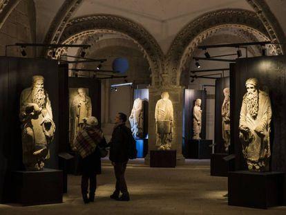 Estatuas de Isaac y Abraham, en la exposición 'Descubriendo al Maestro Mateo', celebrada en 2017, en Santiago de Compostela. En vídeo, la presentación de la exposición 'Maestro Mateo', acogida por el Museo del Prado entre 2016 y 2017.