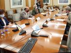 GRAF2058. MADRID, 28/09/2020.- El ministro de Sanidad, Salvador Illa (2-d), junto al director del Centro de Alertas Sanitarias, Fernando Simón (d), se reúnen este lunes con el consejero de Sanidad de la Comunidad de Madrid, Enrique Ruiz Escudero (3-i), y sus correspondientes equipos técnicos, este en la sede del Ministerio de Sanidad, en Madrid. Ambos gobiernos seguirán abordando las medidas de prevención puestas en marcha contra la covid-19 en la región madrileña, tras el enfrentamiento sobre las restricciones a aplicar en la comunidad. EFEPool Moncloa/JM Cuadrado FOTOGRAFÍA CEDIDA/ SOLO USO EDITORIAL/ NO VENTAS