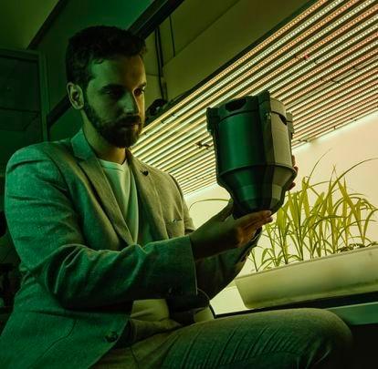 Plantas que generan electricidad. Pablo Vidarte (Sevilla, 1996) aprendió a programar con 10 años. Con 16 ganó un concurso organizado por la NASA para optimizar el funcionamiento de un motor de combustión externa. Al mismo tiempo, creó su primera empresa. Con 20 años fundó Bioo, un proyecto que trata de aprovechar la energía generada por las plantas para transformar la agricultura y las ciudades. Es también el creador del piano vegetal del Ibiza Botánico Biotecnológico, donde también fusiona naturaleza y tecnología con energía que obtiene de plantas.