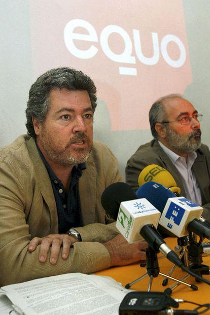 Juan López de Uralde (i), principal impulsor de la plataforma política Equo, acompañado de Alejandro Sánchez, durante la presentación oficial hoy en Madrid de la formación