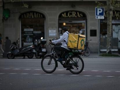 Un rider de Glovo en el centro de Barcelona.