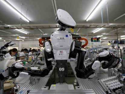 Robot humanoide en una fábrica de Kazo, Japón.