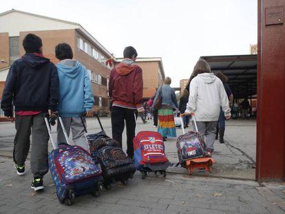 Varios niños entran en el colegio público La Latina en Aluche. En vídeo, declaraciones de la presidenta de la Comunidad de Madrid, Isabel Díaz Ayuso.