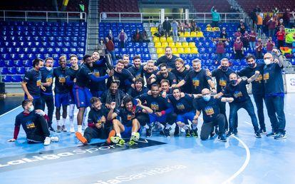 La plantilla del Barça celebra su 11º título de Liga seguido en el Palau, tras vencer al Puente Genil.