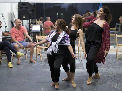 Isabel Bayón (entre las dos bailaoras) e Israel Galván (de blanco), en un ensayo de 'Dju dju'.