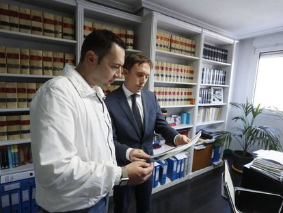 El padre del bebé muerto, Mario Fernández, conversa con su abogado Carlos Sardinero.