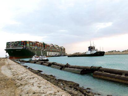 Imagen del buque 'Ever Guiven' encallado en el canal de Suez.