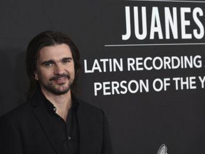 El músico recibe en un concierto privado, entre amigos y familia, el premio Grammy Latino a la Persona del Año, el reconocimiento máximo de la industria a dos décadas de trayectoria