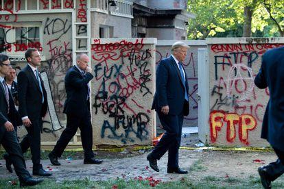 Donald Trump camina por las inmediaciones de la Casa Blanca tras las protestas.