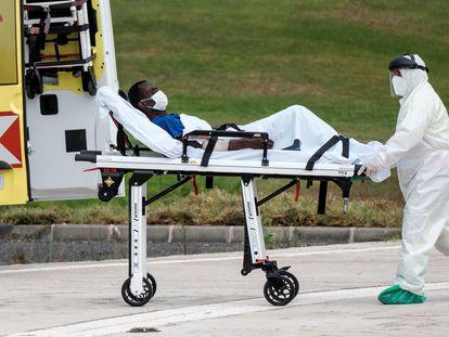 Un sanitario atiende a uno de los tres inmigrantes evacuados de un cayuco  este miércoles a 650 kilómetros al sur de Gran Canaria.
