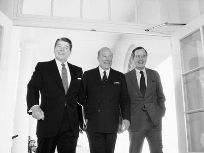 George Shultz, al centro, junto al presidente estadounidense Ronald Reagan, en una fotografía de 1985.