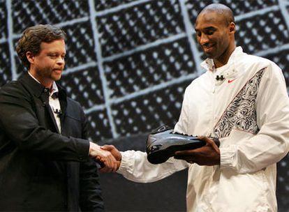 Mark Parker, presidente de Nike, y Kobe Bryant, durante la presentación de la zapatilla Hyperdunk en 2019.