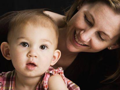 Una mamá susurra a su bebé.