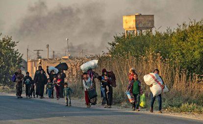 Civiles kurdos huyen este miércoles de la ciudad de Ras al Ain.