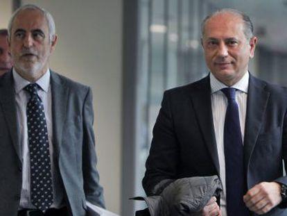 Enrique Crespo, expresidente de Emarsa y exvicepresidente de la Diputación de Valencia, a la derecha, tras salir del juzgado.