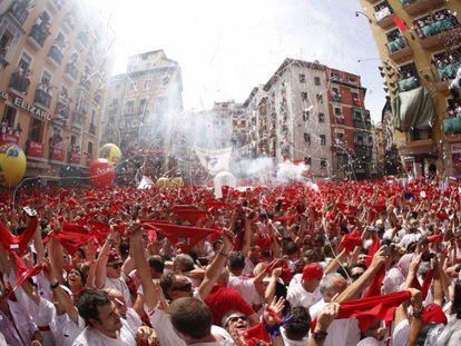 Cientos de personas festejan con sus pañuelos rojos alzados festejan el inicio de las fiestas de San Fermín 2017.