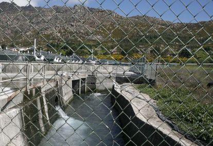 Instalaciones de la granja marina de Quilmas y, a la derecha, tierras de la cooperativa agrícola que han dejado de producir.