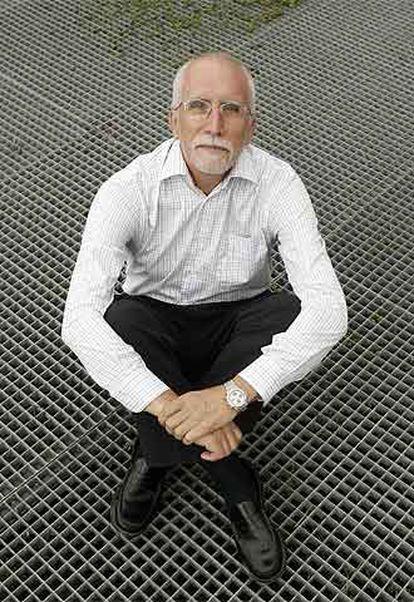 Luis Mateo Díez (Villablino, León, 1942) ha obtenido dos veces el Premio de la Crítica y el Nacional de Narrativa por 'La fuente de la edad' (1986) y 'La ruina del cielo' (2000).