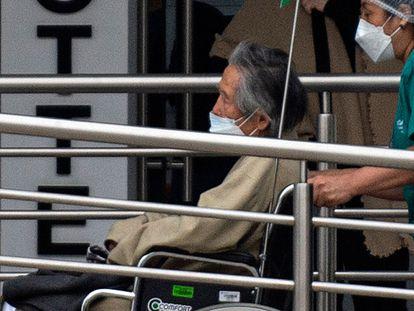 Alberto Fujimori llega a una clínica de Lima, este lunes.