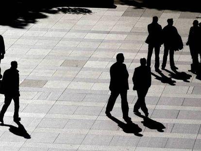 Varias personas en una plaza en Madrid.