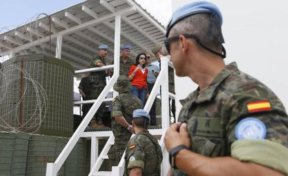 La ministra de Defensa, Margarita Robles, en la posición 4-28 de la ONU en Líbano, donde murió el cabo Soria, el pasado 28 de junio.