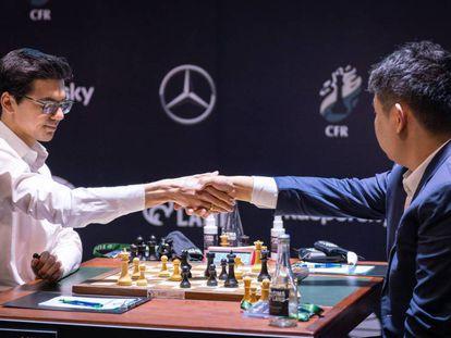 Hao Wang felicita a Giri en señal de rendición, hoy en Yekaterimburgo