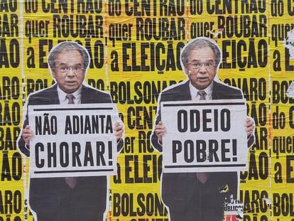 Dos imágenes del ministro Paulo Guedes sostienen carteles que dicen 'De nada sirve llorar' y 'Odio a los pobres', en la avenida Faria Lima de São Paulo.