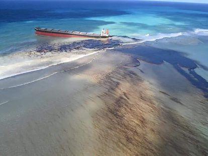 Vertido de petróleo del carguero MV Wakashio en el sureste de la isla de Mauricio.