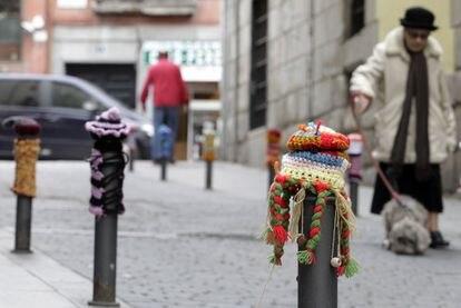 Bolardos en el barrio de Lavapiés decorados con fundas de ganchillo.