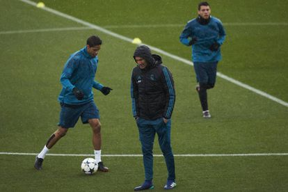 Varane, junto a Zidane y Kovacic en el entrenamiento de este martes.