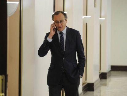 Alfonso Alonso, presidente del PP vasco, en los pasillos del Parlamento.