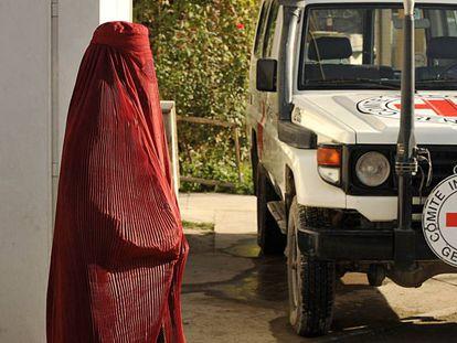 Una mujer frente a un vehículo de la Cruz Roja en Kabul, en una foto de archivo.