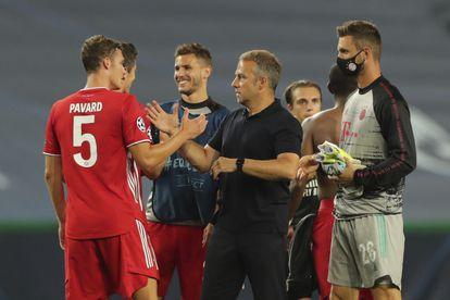 Hans-Dieter Flick felicita a sus jugadores tras lograr el pase a la final.