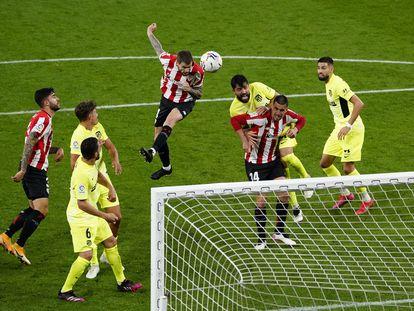 Iñigo Martínez marca el gol de la victoria este domingo ante el Atlético en San Mamés.